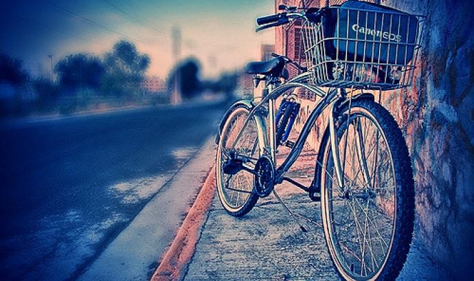 La bici i la càmera... Autora: Maryl González a Flickr