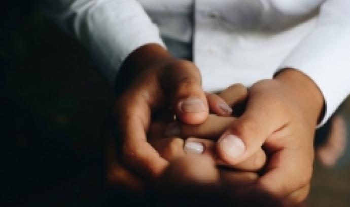 Dues mans agafant-ne dues més. Font: Matheus Ferrero