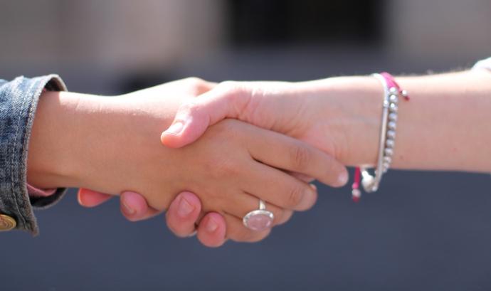 Dues persones es donen la mà