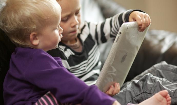 Nens utilitzant un ipad. Fotografia per l'usuari Flickr Ernst Vikne. Font: