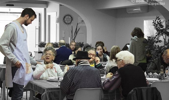Menjador social de Can Pedró i usuaris Font: Fundació Can Pedró