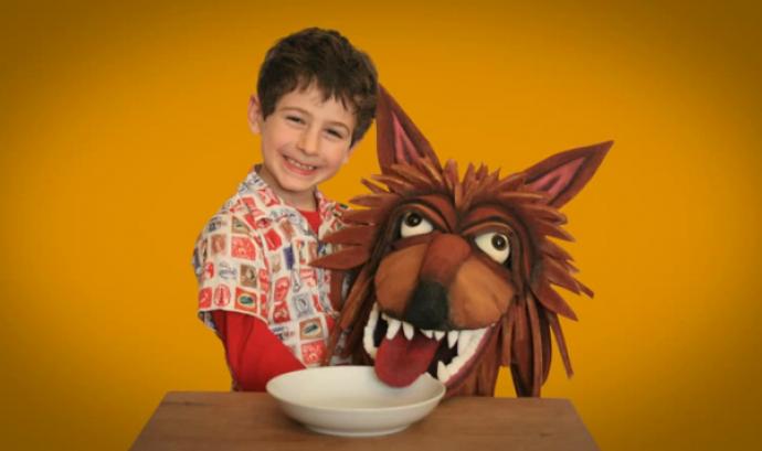 Nen amb màscara de llop. Fotograma del vídeo de l'Ass. Menjadors ecològics Font: