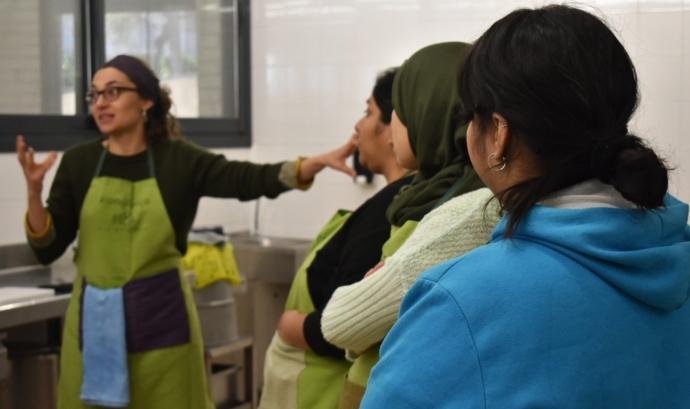 Les participants en el projecte treballen les seves competències culinàries en un ambient de relació intercultural Font: ABD