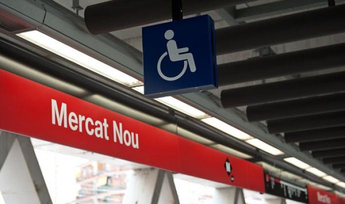Imatge de l'andana de l'estació de metro Mercat Nou amb un símbol d'accessibilitat. Font: Arxiu TMB