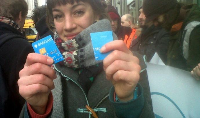 """Una noia trencant la seva tarjeta bancària. Campanya """"Mou els teus diners"""""""