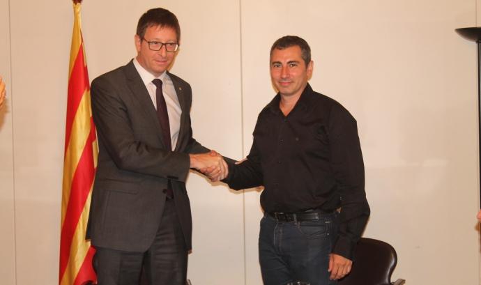 El conseller de Justícia, Carles Mundó, i el president de la Taula, Oriol Illa, en la signatura de l'acord Font: