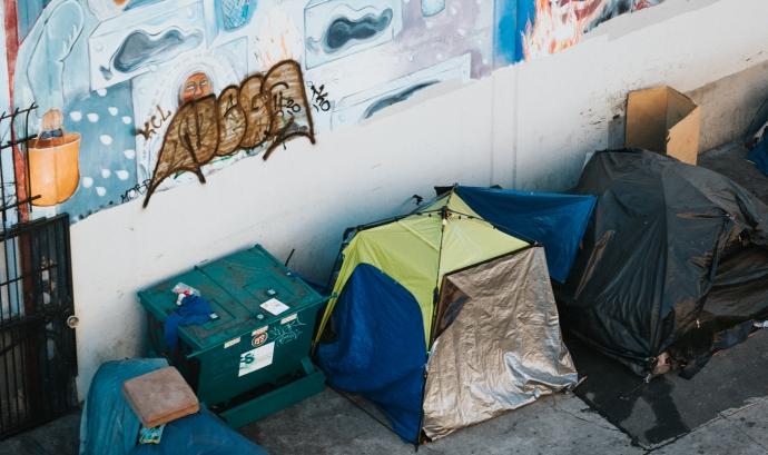 Perdre la documentació oficial és una de les preocupacions de les persones que viuen al carrer o en habitatges insegurs. Font: Unsplash