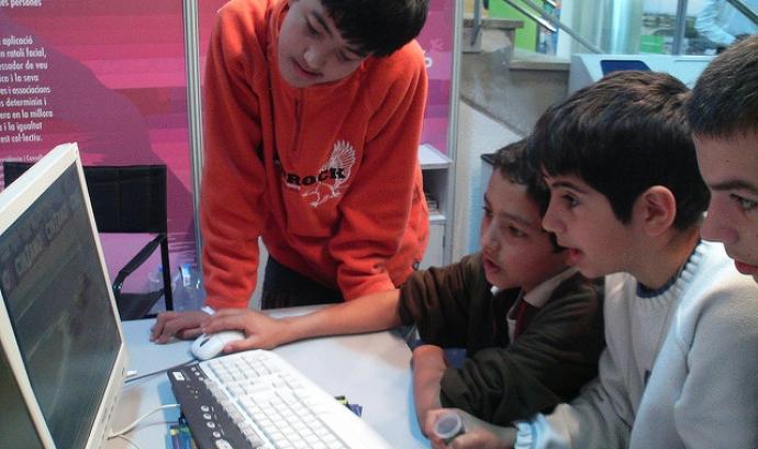 Uns nens fan servir l'ordinador Font: orfeo17 a Flickr