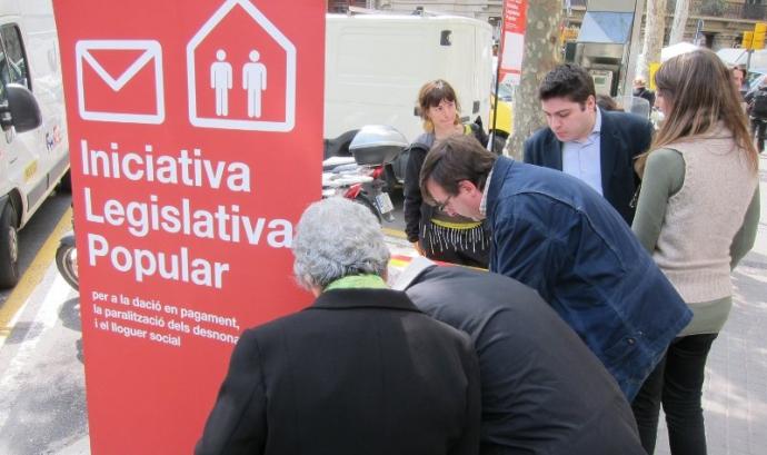 Imatge de la recollida de signatures. Font: web Taula Tercer Sector Font: