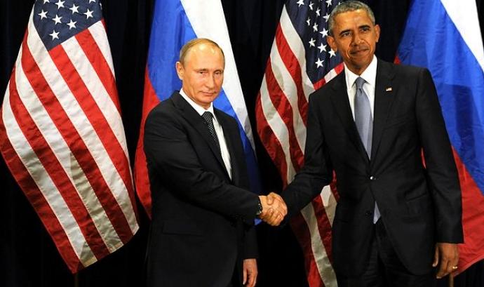 Vladimir Putin i Barack Obama es donen la mà. Font: Wikipedia Font:
