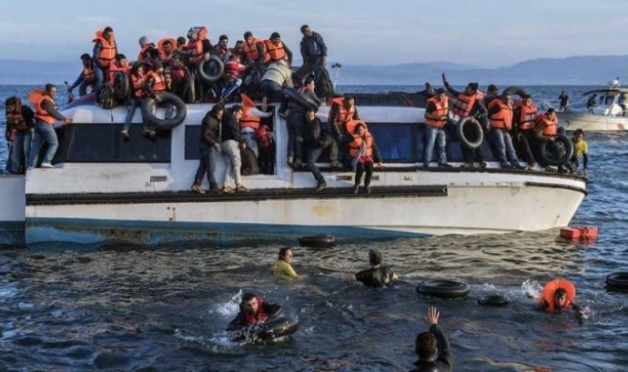 Refugians sirians arribant a les costes gregues. Autor desconegut. Fotografia obtinguda de la pàgina Open MIgratrion. Font: