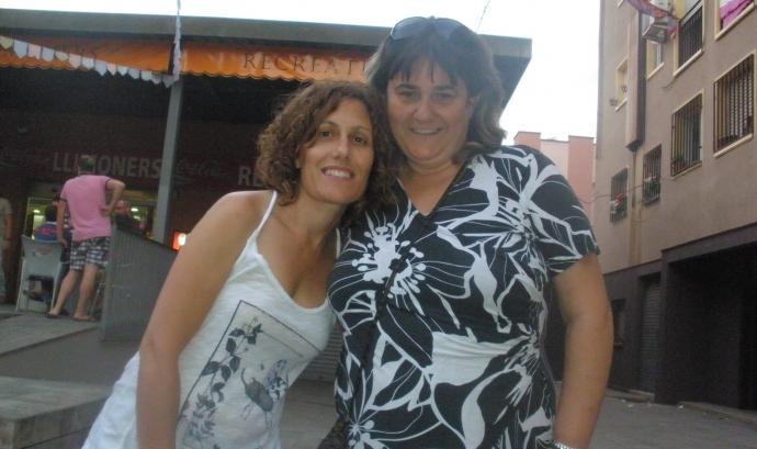 Glòria Grassot (esquerra) amb una veïna de la Zona Nord de Girona, la Carmen