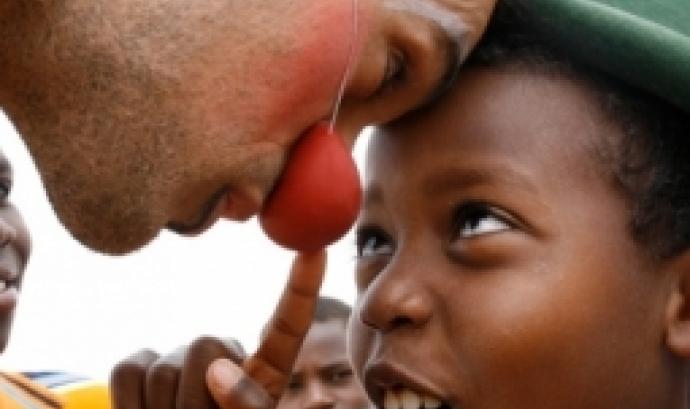 Espectacle per a infants en risc d'exclusió del barri del Poble Sec - Foto: Pallassos Sense Fronteres