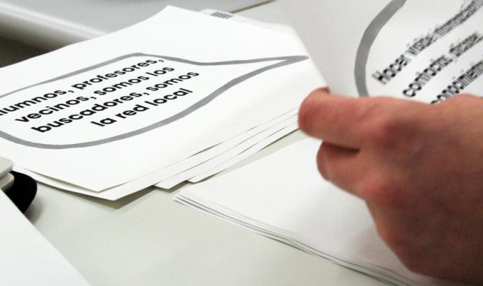 Persona llegint documents Font: