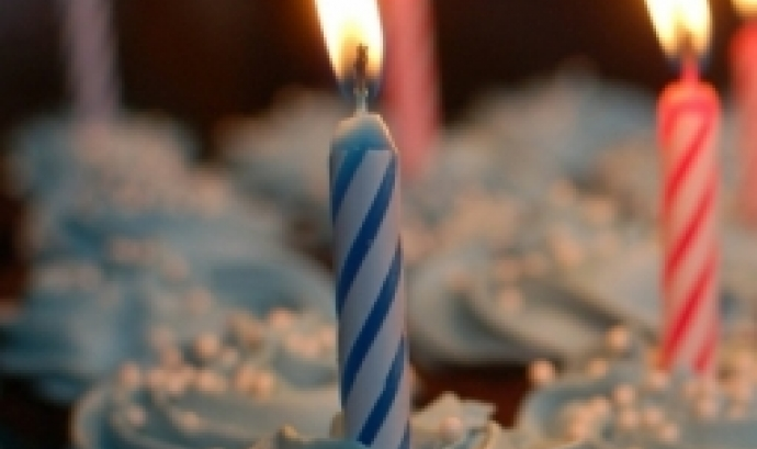 Espelma de pastís per celebrar aniversaris. Font: Pixabay