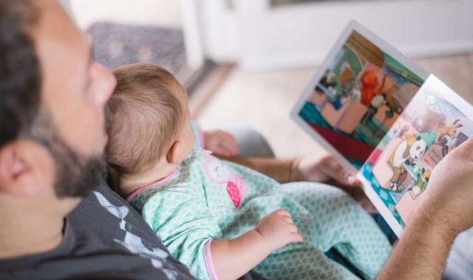 A partir de l'1 d'abril, el permís de paternitat passarà de les cinc a les vuit setmanes. Font: Unsplash.