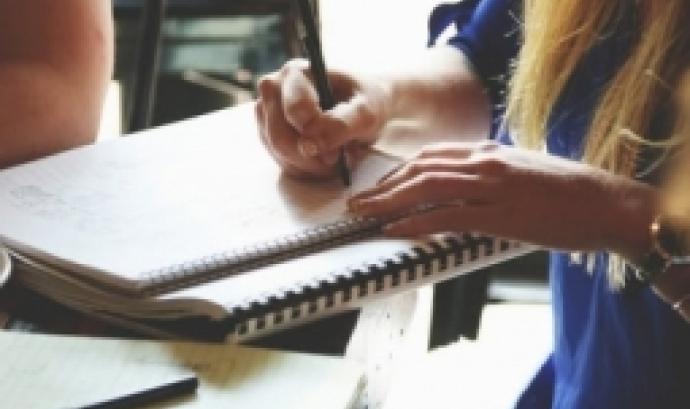 Futura voluntària prenent notes. Font: Pxhere
