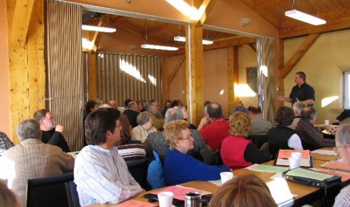 Persones reunides en assemblea. Font: CSLP (Flickr) Font: