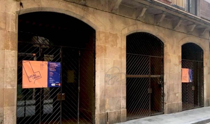 Cartell del programa 'Local local' a la façana d'un baix de protecció oficial Font: Ajuntament de Barcelona