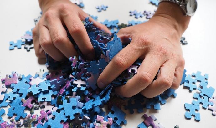Mans agafant peces de puzle Font: Pixabay