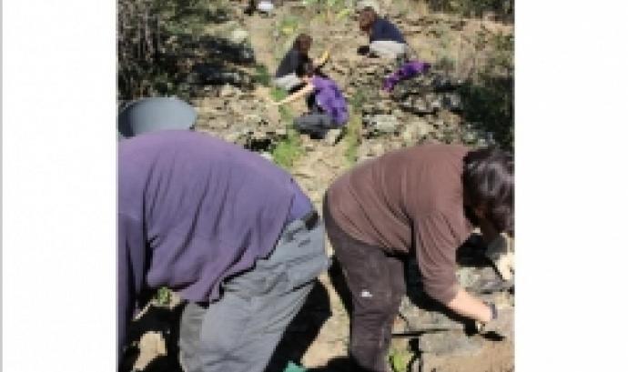 Jornada de voluntariat ambiental per la restauració de camins de pedra seca al Cap de Creus (imatge: piratesdelapedraseca.wordpress.com)