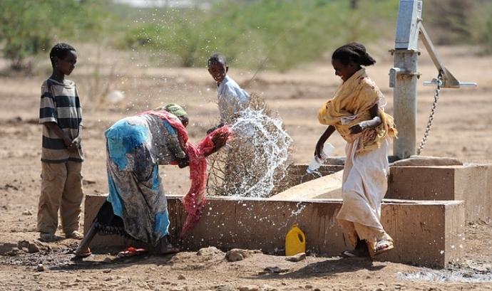 Font d'aigua amb nens etíops Font: