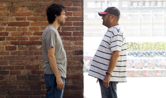 Fotografia que mostra dos homes mirant-se, un davant de l'altre. És de la campanya #ProuPrejudicis d'Arrels Fundació