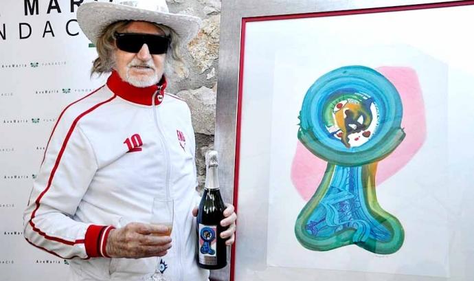 L'artista Josep Puigmartí amb l'obra del Cava Solidari Fundació Ave Maria 2019 Font: SitgesActiu