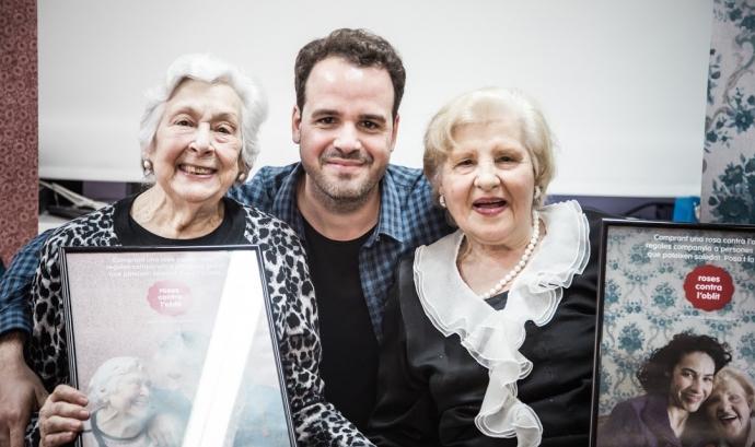 Albert Quiles, gerent de l'entitat, amb Dolors a la dreta i Maria a l'esquerra Font: Laura Abad