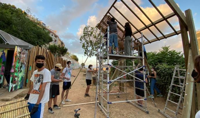 Procés de construcció de la pèrgola. Font: Contorno Urbano