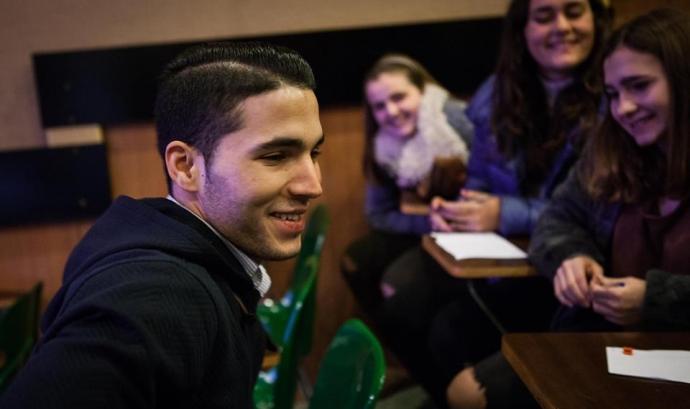 Alumnes entrevistant a persona immigrant Font: Fundació Proide