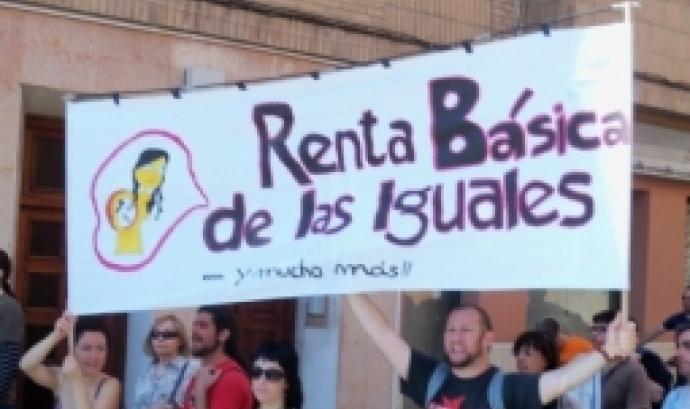 Persones al carrer manifestant-se a favor d'una renda bàsica. Foto: Fermón Grodia