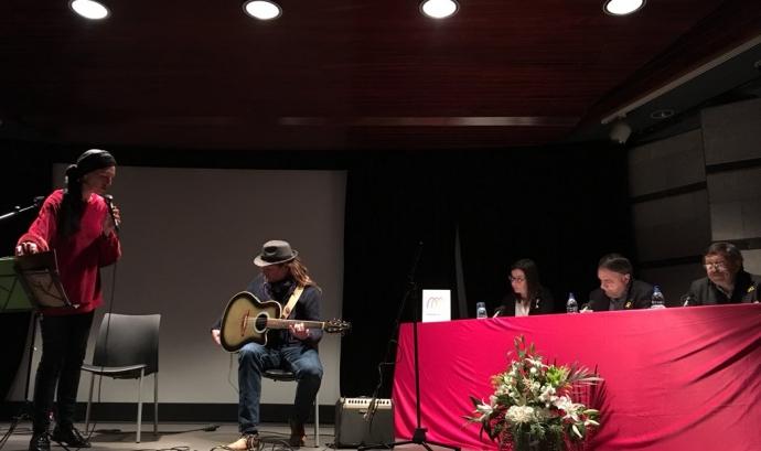 Pili Cugat i Carlos Lupprian amenitzen l'acte Font: Institut Ramon Muntaner