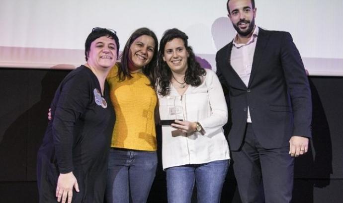 Núria Valls, Laura Granados i Anabel Pérez, de la Fundación Esplai, van recollir el guardó en l'acte de lliurament de premis de Dona TIC Font: Fundación Esplai
