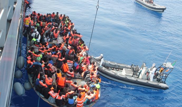 Embarcació de refugiats a la Mediterrània. Font: Wikipedia
