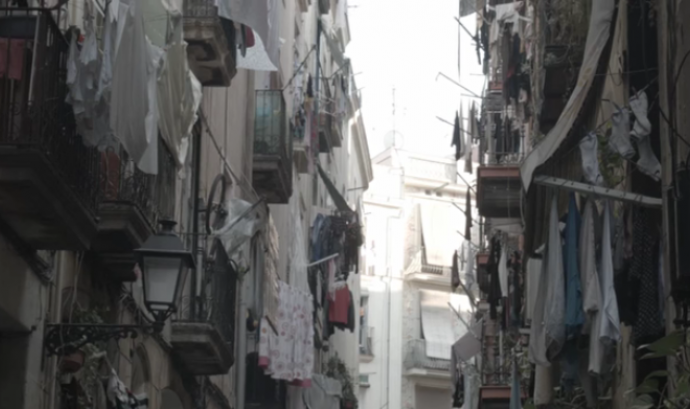 La roba estesa als balcons d'un carrer del Raval Font: