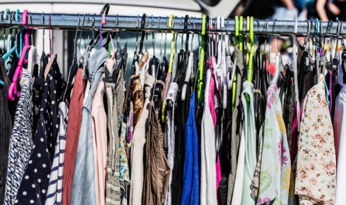 Un dels projectes de Som del barri consisteix a reciclar roba. Font: Oxfam Intermón