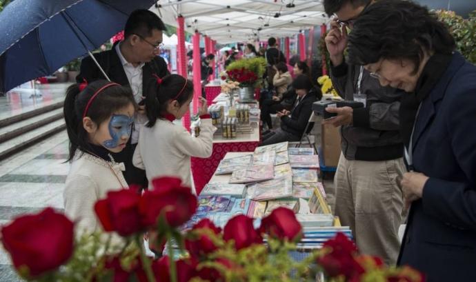 La celebració del Sant Jordi també arriba a la Xina. Font: El País