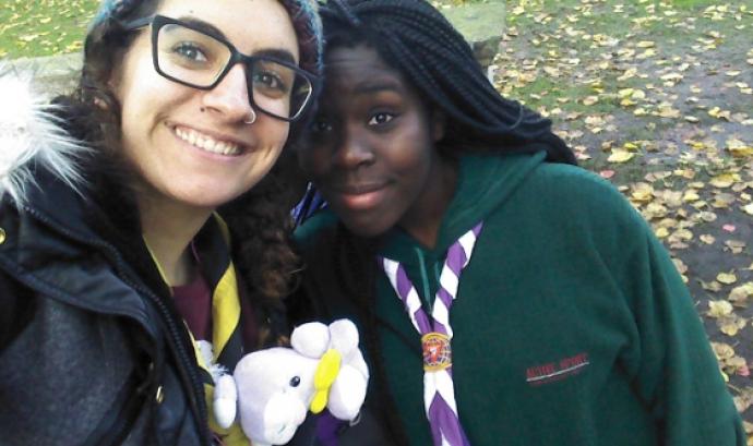 L'Anna Vallejo (esquerra), del cau de Valls, mentre participava al projecte Scoutasmus a Anglaterra.