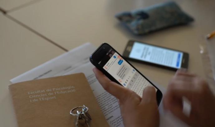 Una persona utlitzant l'aplicació mòbil del projecte 'APPS4ME'