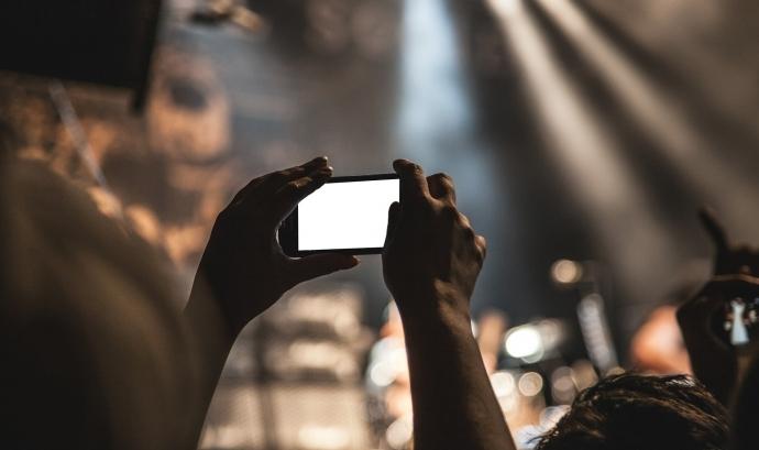 Una persona gravant amb un mòbil. Font: SplitShire (Pixabay)