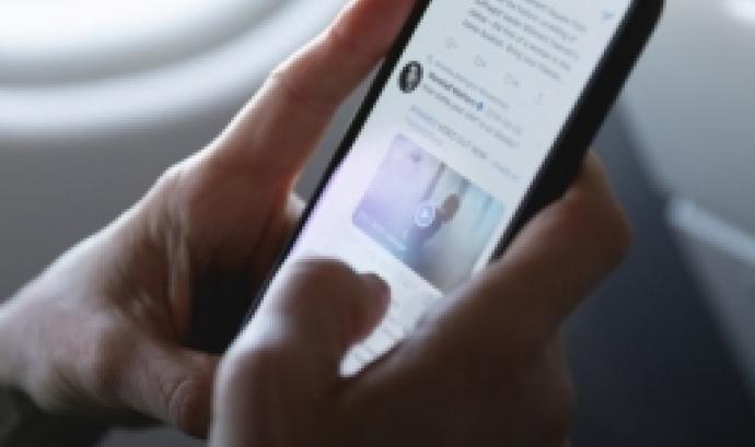 L'objectiu és aclarir les diferents formes de violència contra la infància que existeixen al món virtual i demostrar que les violències online afecten la gran majoria dels infants i adolescents. Font: Unsplash.