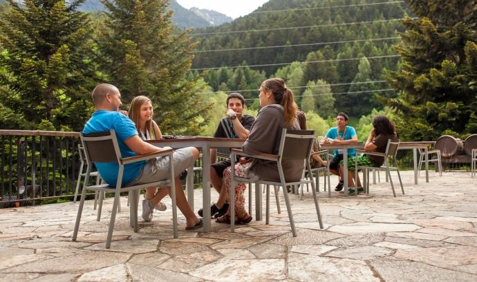Joves al voltant taula Font: Flickr