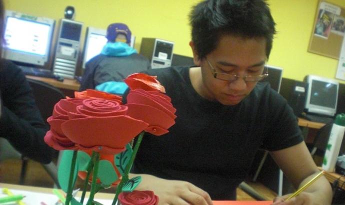 Taller de roses a l'Òmnia de l'Associació per a Joves Teb