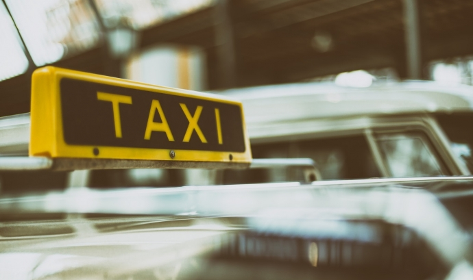 'Porta a porta' és un servei de taxis adaptats que transporta a més de 60 persones de les seves cases fins als seus llocs de treball. Font: Unsplash.