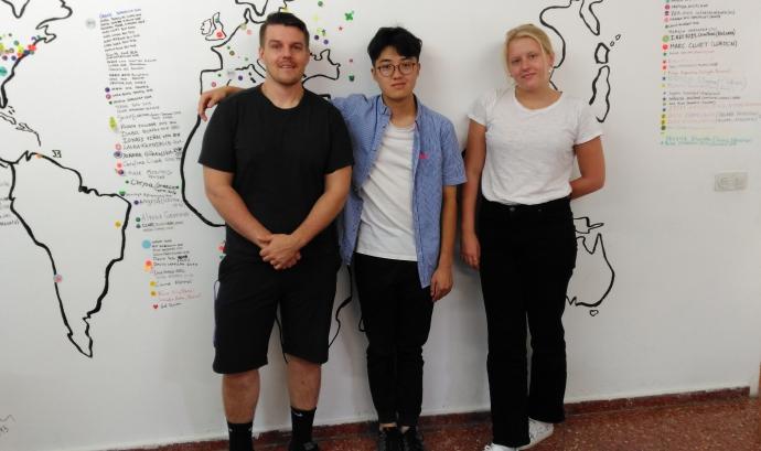 D'esquerra a dreta: Hrubes (29 anys), Yu (19 anys) i Bird (19 anys) a l'oficina de iWith.org on fan les seves pràctiques.  Font: Laura Morral