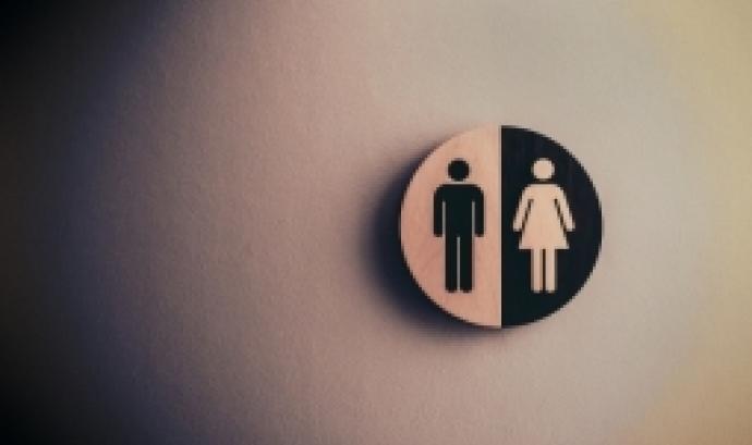 Senyal d'home i dona en blanc i negre en una paret. Font: Tim Mossholder