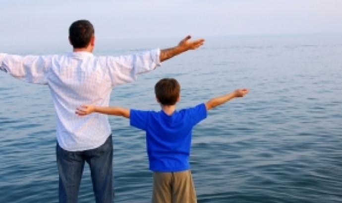 Persones davant del mar. Font: Orientación Educativa Familiar Font: