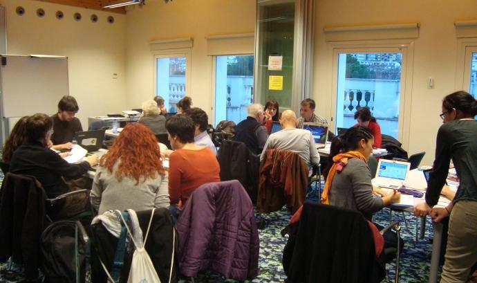 Grup de persones en aula realitzant formació