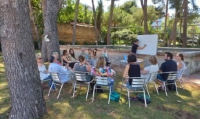 Persones fent una sessió formativa al mig de la natura. Font: Torre Jussana